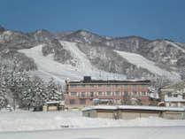 *【外観/冬期】戸狩スキー場までは徒歩3分の好立地。スキー、スノボをするのに最適の環境です。