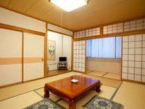 新館和室12畳(特別室バス・トイレ付)窓からは信州の雄大な景色をご覧いただけます。
