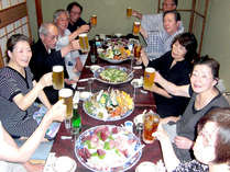 みんなでワイワイ食べるのがおいしい~♪土佐名物の皿鉢を囲んで楽しい夕食タイム!