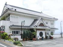*【宿外観】国道250号の通称「七曲がり」と呼ばれる海岸沿いに建つアットホームな旅館