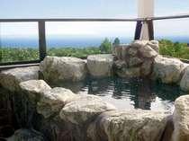 オーシャンビューの客室露天風呂は、岩、檜、信楽焼の3種。ゆったりと絶景と温泉浴をお楽しみください♪