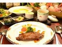 やわかくて肉の旨みがジューシー!『特製サーロインステーキ』と『朝獲れの地魚舟盛