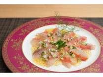 金目鯛のカルパッチョは特製ソースでお召し上がりください。