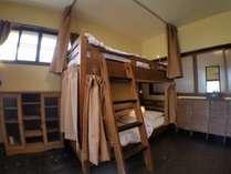 2段ベッドが2台備わったお部屋です。 エアコン完備。 各ベッドにカーテン・プラグ・読書灯が付いています。