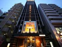 明治通り沿いホテル正面(夜)