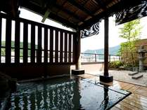 4階の展望露天風呂から温泉街が一望できる。