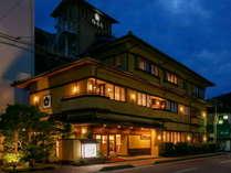 和やかさと華やかさが調和した和風旅館、地産の季節の食材を使った創作会席料理が自慢です。