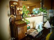 *【館内一例】レトロな電話機もや懐かしの足踏み式ミシンも。電話機は実際にご利用いただけます。