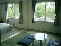 広々8畳の和室と6畳の洋室の和・洋室です