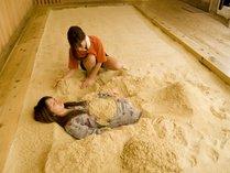 砂塩風呂/砂をかけている様子
