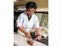 海士(あまし)でもある若旦那が、素早い手さばきで調理する