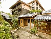 【外観】草津温泉の高台に建つ湯宿