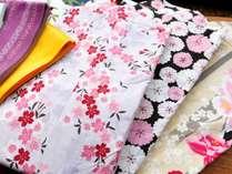 【サービス】女性に好評の色浴衣(有料)。明るい色から落ち着いた色までご用意。男性用もございます。