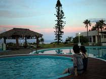【屋外プール】沈む夕日と…