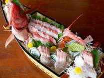 *[一品料理/舟盛り一例]御宿や近隣で水揚げされたの海の幸を「豪華活き造りの舟盛り」でご堪能ください