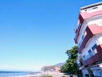 *外観/土肥海水浴場目の前!ビーチまで徒歩3秒!海の幸が美味しい民宿旅館。