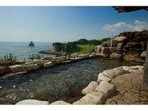 太平洋とゴルフコースを一望できる絶景露天風呂(男子浴場)