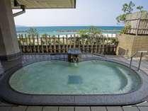 目の前に広がる日本海を望む露天風呂