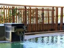 自家源泉の豊富な湯が溢れる露天風呂