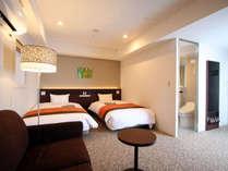 【プレミアムツインルーム】120cm幅の広々ベッド2台とソファを置いても悠々の広さ。