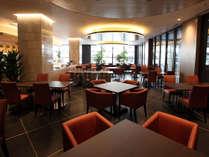 【カフェレストラン】大きなガラス張りの窓が開放的なカフェレストラン。