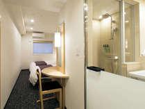 【ツインルーム】洗面室との仕切りは上部がクリアガラス、下部はすりガラス。