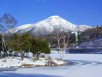 雪景色の白樺湖と蓼科山