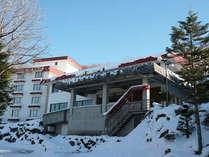 雪景色の晴明荘全景
