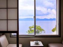 窓の外には猪苗代湖が。【天鏡湖】と呼ばれる湖面に映る景色は、飽きることなく眺められる美しさ。