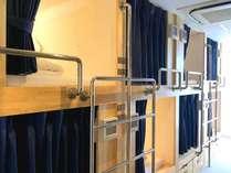 ドミトリー 男女共用 / 防音性に優れたプライバシー重視の特注キャビン風ベッド(カプセルタイプ)