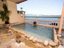 浜名湖を望む開放感のある男性露天岩風呂