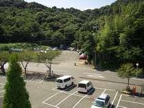 ホテル無料駐車場【乗用車約100台駐車できます】 6階客室廊下から見えるホテル駐車場の写真