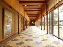 客室へ向かう廊下はギャラリーに。中庭もあり、開放的でまるで美術館のよう。
