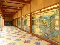 ロビーから秀芦閣へ向かう廊下はギャラリーに。