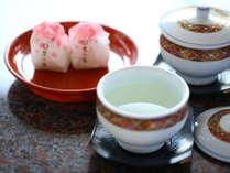 ようこそ鷺乃湯へ。梅昆布茶とお茶菓子でほっと一息♪