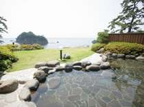 【男性露天風呂】目の前には雄大な駿河湾と三四郎島が顔を覗かせいる広々露天風呂