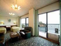 6階最上階の貴賓室。和洋室でダブルベッドが2台と専用の露天風呂が付いた豪華客室
