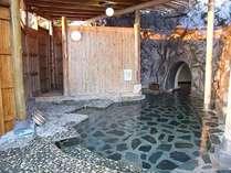 【貸切露天風呂】お風呂の奥に洞窟を模した空間があり、その中でも温泉をお楽しみ頂けます。