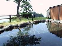 【女性露天風呂】三四郎島を正面に望みながらごゆっくりとお浸かりください。