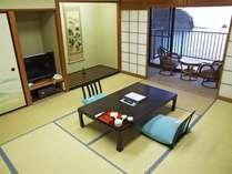 和室10畳+踏込み3畳間の海側和室。ベランダからは西伊豆の海と三四郎島、そして夕陽を望む事ができます。