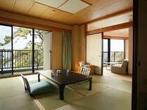 【露天風呂付き客室】海を望むテラスに露天風呂付き、和室二間+ベッドがそなわった広い客室