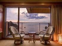 夕陽・島・海を一望スタンダードな和室の広縁は開放感抜群