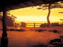 夕陽に包まれる露天風呂。西伊豆に訪れたらぜひ味わっておきたいひと時