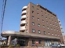 当ホテルのお隣はコンビニがあり、またすぐ近くには24時間営業のスーパーもあります