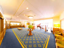 外国のホテルを思わせる広々としたフロント。アロマの爽やかな香りに癒やされる空間。