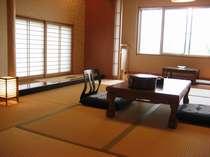10畳と掘りこたつの板の間の和室。窓からの眺めも◎