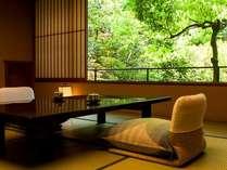 客室17.5帖/4帖〜例3 北向きのお部屋からは、弁天山の新緑と温泉街が望めます
