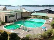 夏期限定営業湖畔のプール