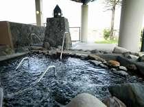 【流れる寝湯】◆岩から流れる気持ち良い流れを寝そべって感じて下さい。