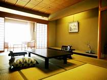 【きらら館和室】お部屋から一望できる柴山潟を眺めながら素敵な一日をお過ごしくださいませ。